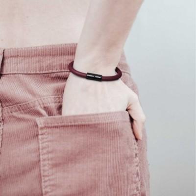 Bracelet avec fermoir magnétique noir mat et câble RM19 (effet soie Bordeaux)