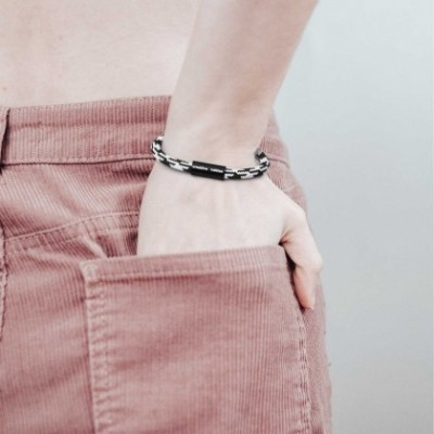 Bracelet avec fermoir magnétique noir mat et câble RP04 (effet soie bicolore Blanc-Noir)