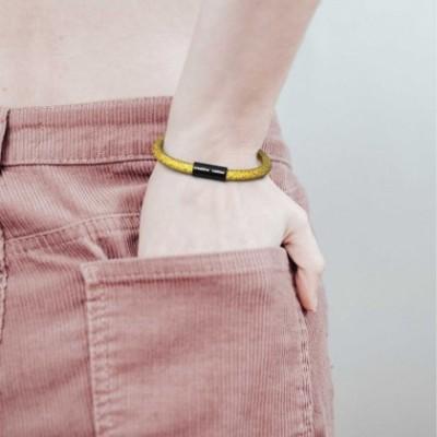 Bracelet avec fermoir magnétique noir mat et câble RM31 (effet soie tissu uni Citron)